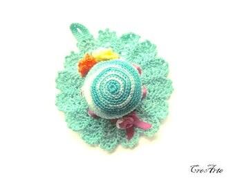 Aquamarine crochet hat pincushion, Cappellino puntaspilli acquamarina all'uncinetto