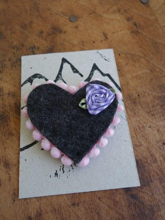 Rosa Herz mit Blüte zum Anstecken