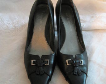 Black Leather Bandolino Pumps Made In Italy New Shoe Gift Pointed Toes 2 1/2 In Heels Buckle & Tassel Dress and Work Shoes