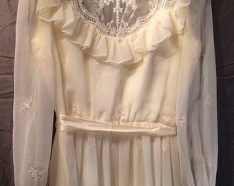 Vintage Ivory Lacey Ruffle Wedding Dress With Pearl Button Up Back Size 9/10