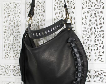 Borsa in pelle e cuoio neri, si può indossare sia a monospalla che a tracolla staccabile grazie a dei moschettoni. Collezione Worm. Italy.