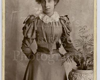 CDV Carte de Visite Photo Victorian Young Pretty Woman, Wasp Waist, Puff Sleeved Dress, Big Hat Portrait - Kingsland London - Antique Photo