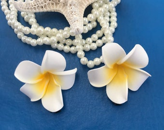 Hair Clips. 1 Sets of 2 plumeria flowers. Sacuanjoche 2 flowers total.  Hawaiian flowers. White plumeria. Plumeria. Tropical flower clips
