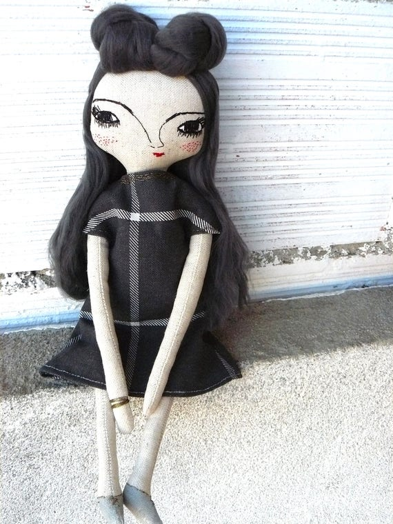 Art doll in cotton and bamboo hair. 32 cm. Black and white tapestry fabric dress
