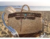 Grand panier de plage bohème chic  avec galon dentelles, pampilles, plumes , brillants et bandeau au crochet