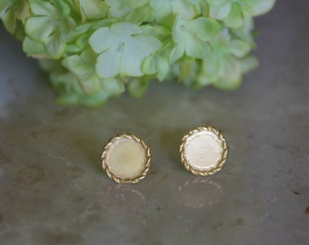 Gold disc earrings, retro stud earrings, delicate gold earrings, round disc earrings, small disc earrings, simple earrings, bridesmaid studs