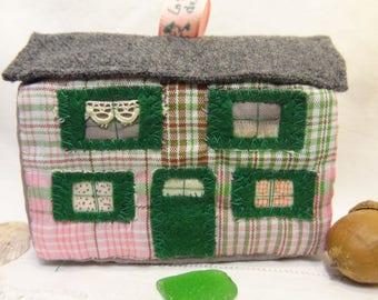 Jouet ou décoration, petite maison en patchwork de tissus recyclés verte et rose.