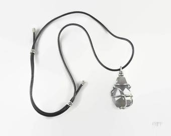 Long necklace with gray agate gemstone pendant coiled in metal - An 123Pierres jewel