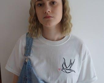 T-shirt blanc avec une Hirondelle et coeur rose