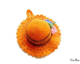 Orange crochet hat pincushion, Cappellino puntaspilli arancione all'uncinetto