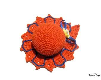 Orange and Blue crochet hat pincushion, Cappellino puntaspilli arancione e blu all'uncinetto