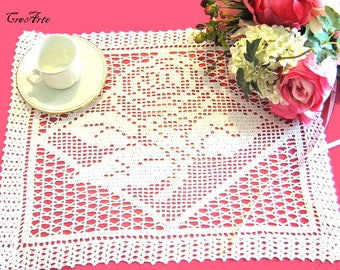 White crochet filet doily with rose, centrino bianco a filet con rosa