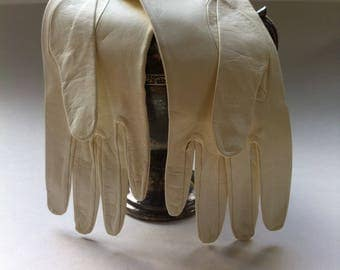 VINTAGE - Kid Gloves - Size 6 - Made in Italy - White - Washable - 10 inches long - Unused