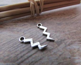 10 Breloque éclair 15 x 5 mm en métal argenté -  trou 1.5 mm - 544.22