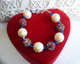 Flexible bracelet white pearls and multicolored rhinestones pearls