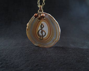 treble clef in agate and freshwater pearl necklace