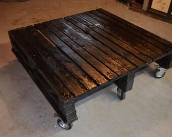 table basse palette sur élevée prototype