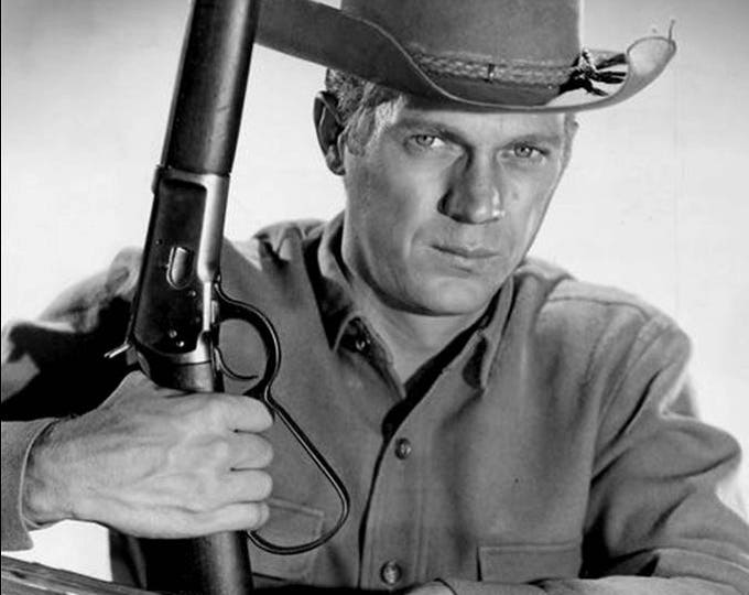 "Steve McQueen with His ""Mare's Leg"" Rifle in the CBS TV Show ""Wanted Dead or Alive"" - 5X7 or 8X10 Photo (AZ055)"
