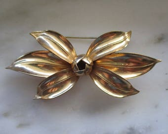 Vintage Gold Tone Flower Pin or Brooch