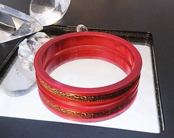 Vintage 70's Indian red lucite and hammered brass bangle, ornate brass and red plastic bangle, 70's red and brass bangle