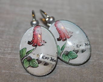 "Alice ""Eat me""-dangle earrings in silver tone metal."