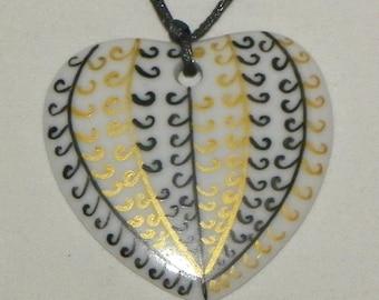 Arabesque pattern heart pendant
