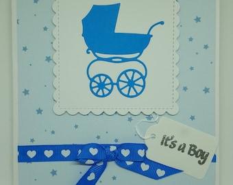 Carte à la main nouveau bébé garçon bleu Landau coeurs ruban