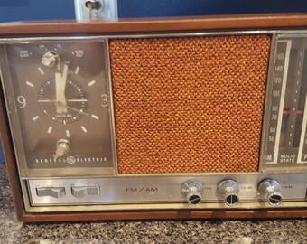 Vintage General Electric Model C2570A Solid State AM/FM Alarm Clock Radio