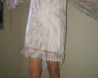 Short dress with bell sleeves Dress in light brown Dress with half sleeve Dress with much fall Dress with lace