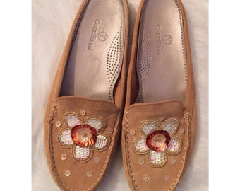 COLE HAAN SZ 8 Camel Suede Daisy Shoes Bead Sequin Flower Slide Moccasins