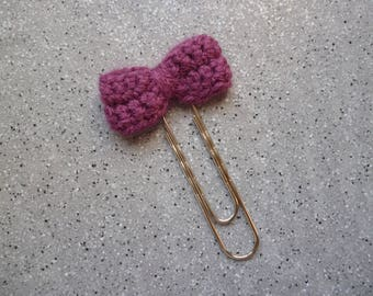 Bookmark paperclip embellished with a bow in plum wool crochet
