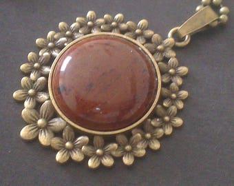 Flower pendant with gemstone aventurine contours
