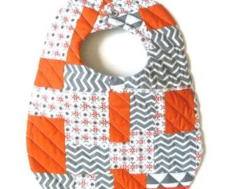 Bavoir patchwork - matelassé - Tissus orange, gris, blanc - motifs géométriques