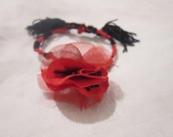 bracelet brésilien noire et rouge,  pompon et centre fleur coquelicot.