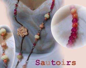Copper colored metal necklace, embellished with all kinds of beads in shades of orange, white and fuchsia