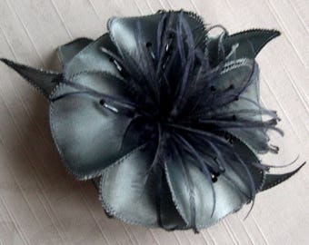 Flower brooch in grey satin, feathers and beads