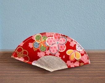 broche éventail japonais en tissu rouge à fleurs roses et or