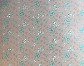 Feuille A4 Papier glacé à motif coloré - Fleurs bleu et blanche  style peinture sur fond rose