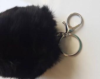 1x gros pompon en fausse fourrure couleur noir
