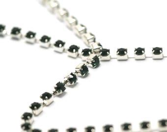 1 meter of 2, 5 x 2, 5 mm, emerald green rhinestone chain very dark on silver chain