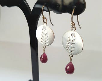 Feather - 925 Silver hook earrings with a gemstone of Ruby raspberry
