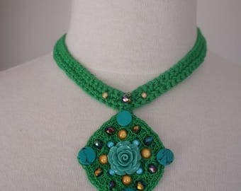 Lozenge necklace crocheted in cotton and fancy beads.