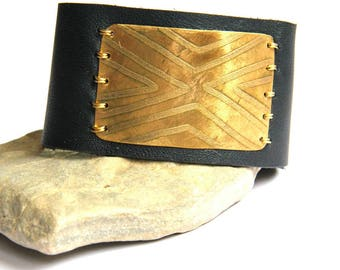 Etched Geometric Brass and Black Leather Bracelet (B1351)