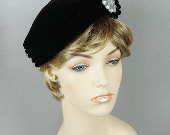 Vintage 1950s Hat Black Velvet Sculptured Beret with Brooch