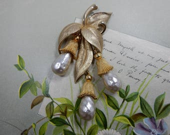 Baroque Pearl Gold Dangle Leaf Brooch    JV19