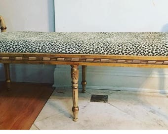 Cheetah upholstered bench. Neoclassical details. Interior Design Petite Bench. Silla
