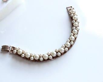 Vintage Unsigned   Goldtone  bracelet with faux  pearls #1042