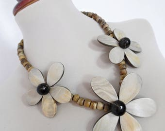 EVER BLOOMING FLOWERS . NoS Lagenlook Vintage Statement Natural Horn Necklace Chunky New Old Stock Monies Style
