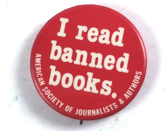"""Red Pinback Button, """"I read banned books"""""""