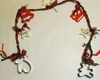 Christmas garland with 7 collectors cookie cutters wilton,Hutzler,metal